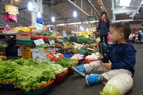 汇集500家店铺的西归浦五日集市: 从春季野菜到芝麻菜、罗勒