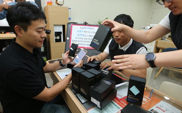 ギャラクシーノート7製品の交換が始まった9月19日、ソウル江南区新沙洞SKテレコム街路樹直営店の職員らが新製品を準備している=キム・チョンヒョ記者//ハンギョレ新聞