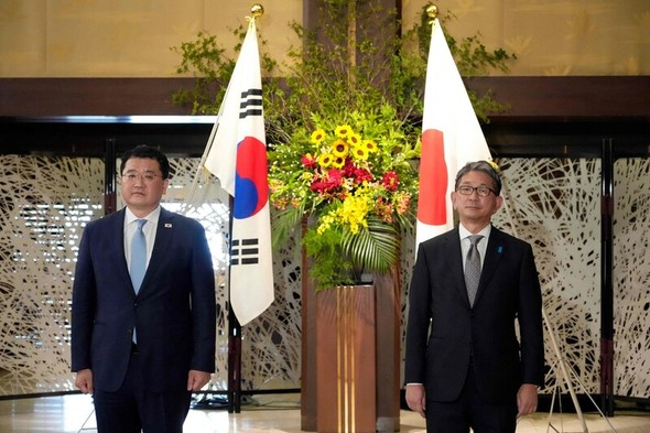 肘突き合わせるあいさつも省略…韓日外交次官、東京で冷ややかな会談