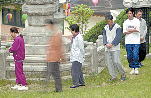 위파사나 수련회에 참여한 이들이 행선(걷기명상)을 하며 발에서 일어나는 감각 등을 관찰하고 있다.
