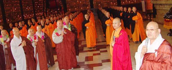 불광산사의 대웅전에서 '한국 불교 방문단'을 환영하기 위해 정열한 불광산사 승려들에게 법장 스님이 인사말을 하고 있다.