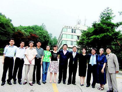 윤길수 총무(오른쪽에서 다섯번째) 등 기독교장로회 총부 직원들이 새터전에서 어깨동무를 하고 있다.