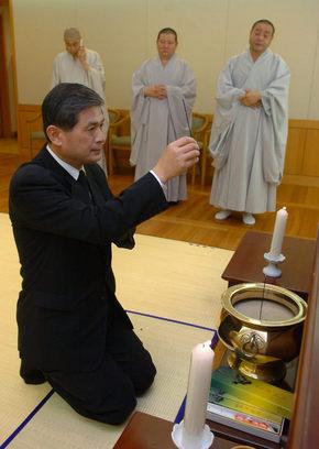 황우석 교수가 11일 서울대병원 영안실에 마련된 법장 스님의 임시 빈소에 조문하고 있다. 현대불교신문 제공