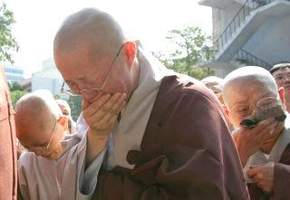 지난 11일 갑작스런 심장마비로 입적한 조계종 총무원장 법장 스님의 법구가 서울 조계사 극락전에 도착하자 스님들이 눈물을 흘리고 있다. 연합뉴스