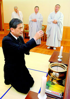 황우석 교수가 지난해 9월 서울대병원 영안실에 마련된 법장 스님의 임시 빈소에 조문하고 있다. 현대불교신문 제공