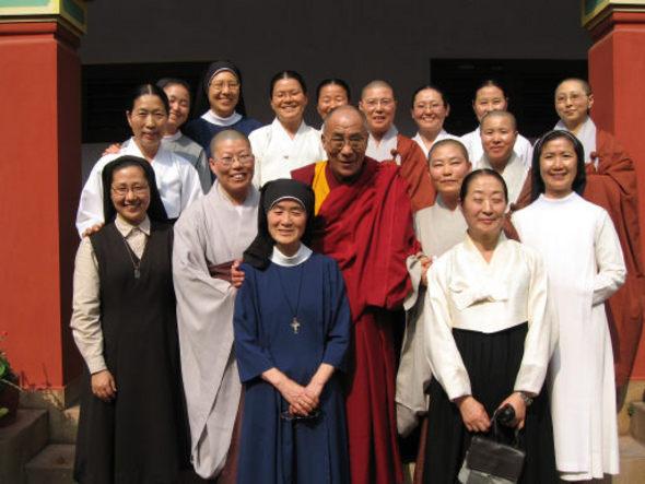 인도 바라나시 티베트불교대학에서 만난 달라이 라마와 한국의 가톨릭과 성공회 수녀, 비구니 스님, 원불교 교무들이 미소짓고 있다.