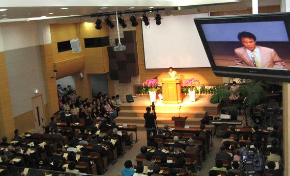 신정현교회 김관선 목사가 주기철 목사 추모예배를 진행하고 있다.
