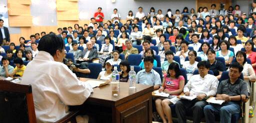 대전 인문학 포럼에서 김지하 시인이 '남조선 사상의 현대적 의미'라는 제목의 강연을 하고있다.