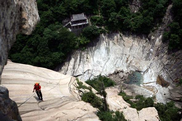 이렇게 높은 곳 깍아지를 절벽 바위에 매달려있는 기분은 해보지 않은 사람은 결코 느낄 수 없다. 금강산/권오상 기자 kos@hani.co.kr