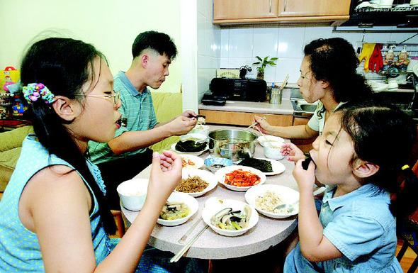 아이들이 밥을 안 먹으려 할 때에는 오히려 무관심이 약이라고 전문가들은 조언한다. 한 가족이 식탁에 앉아 밥을 먹고 있다.〈한겨레〉 자료사진