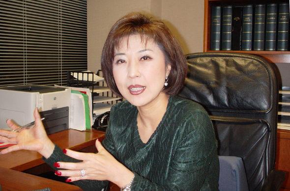 김경준씨의 누나 에리카 김이 22일(한국시각)미국 로스앤젤레스에 있는 자신의 사무실에서 <한겨레> 인터뷰에 응했다.