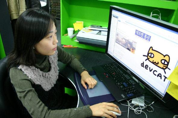 넥슨 데브캣 스튜디오의 송지현씨가 출근해서 인트라넷에 접속하고 있는 모습.