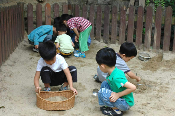 아이의 사회성을 길러 주려면 또래와 어울릴 기회를 마련해 주는 등 부모가 적극적으로 친구 사귀기를 도와야 한다. 한 어린이집 놀이터에서 아이들이 모래놀이를 하고 있다.