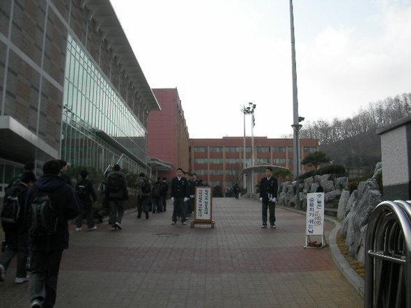 서울의 한 학교의 아침 등교 모습. 학생선도부 소속의 학생들이 학생들의 등교모습을 관찰하고 있다.
