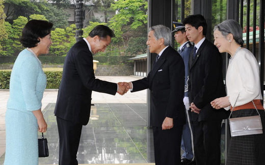 S korea and japan to resume free trade talks international news president lee myung bak and japanese emperor akihito greet each other in front of the palace of the japanese emperor on april 21 m4hsunfo