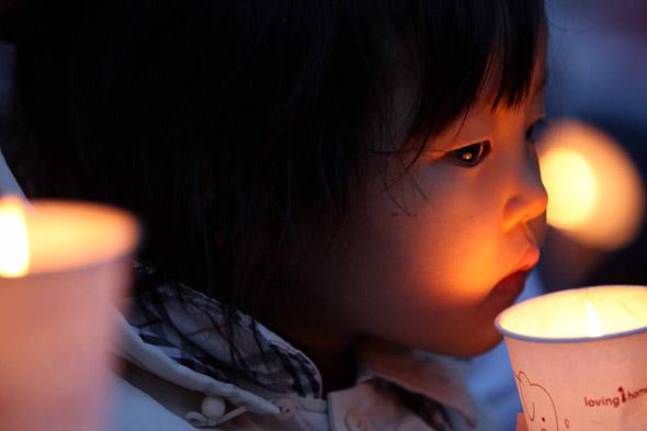 6일 오후 서울 청계광장에서  미 쇠고기 수입반대 촛불문화제가 열려 참가한 한 어린이가 촛불을 들어보이고 있다. 신소영기자 viator@hani.co.kr