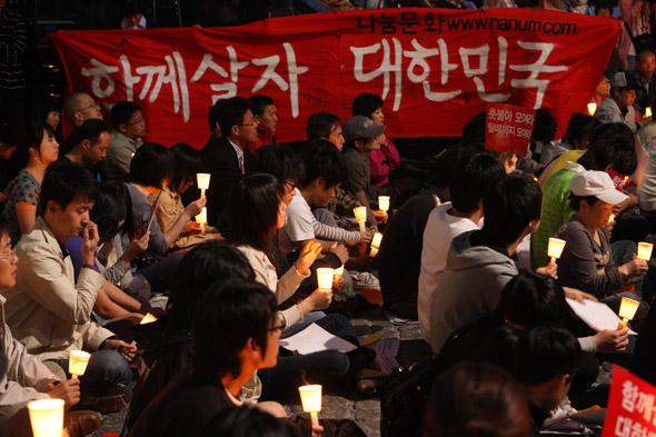 미국쇠고기수입반대 촛불문화제가 열린 서울 종로구 청계광장에서 6일 저녁 집회 참석자들이  미국산 쇠고기 수입을 반대하는 손팻말과 촛불을 들고 집회를 하고 있다. 김명진 기자 littleprince@hani.co.kr