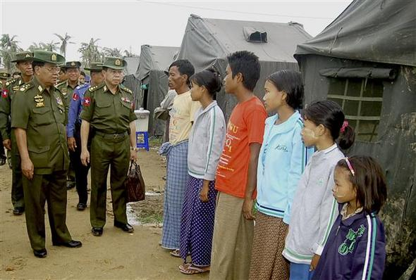 미얀마 군정의 최고지도자인 탄슈웨(왼쪽) 장군이 19일 한 임시 난민촌에서 사이클론 나르기스의 생존자들과 이야기를 나누고 있다.  양곤/AP 연합