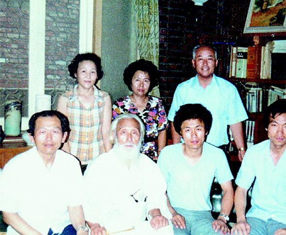 작고 1년 전인 1988년 여름 한국퀘이커교 대표였던 함석헌(앞줄 왼쪽 두번째) 선생이 회원들과 함께 당시 서울 화곡동에 있는 조형균(앞줄 왼쪽 첫번째)씨네 자택을 방문했을 때 찍은 기념사진.