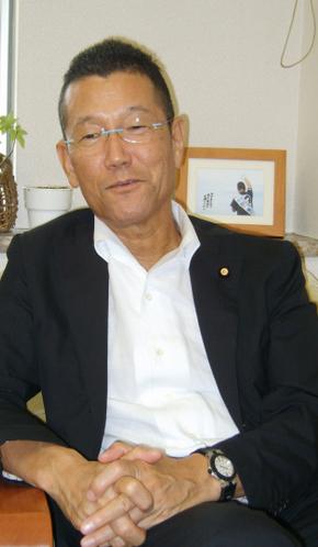 '전후 강제억류자 특별조치법안' 작성에 주도적 구실을 한 곤노 아즈마(61) 민주당 참의원 의원.