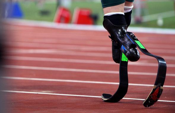 남아공의 피스토리우스가 지난 8일 베이징 국가체육장에서 열린 남자 100m 예선 경기를 1위로 마친 뒤 대기실로 들어가고 있다. 의족 바닥에 스파이크가 달려 있는 것이 인상적이다.   베이징/이종근 기자 root2@hani.co.kr