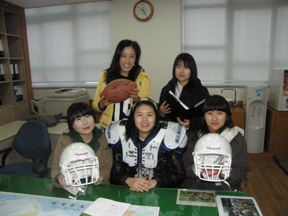 비인기종목 미식축구의 빛나지 않는 매니저이지만 자부심은 누구보다 크다. 경북대 미식축구팀 여대생 매니저들.