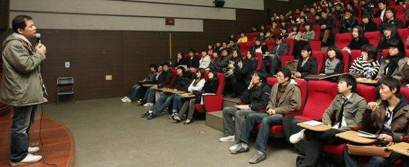 관객 200만 명을 돌파한 독립영화  제작자인 고영재 PD가 4일 오후 건국대학교에서 '독립영화와 함께 하는 세상 바라보기' 특강을 하고 있다. 연합뉴스