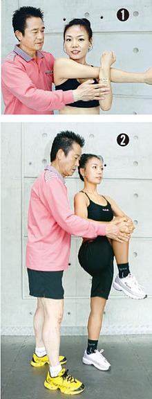이홍열(왼쪽) 경희대 교수가 요가 강사 이지혜(오른쪽)씨에게 준비운동 자세를 알려주고 있다.