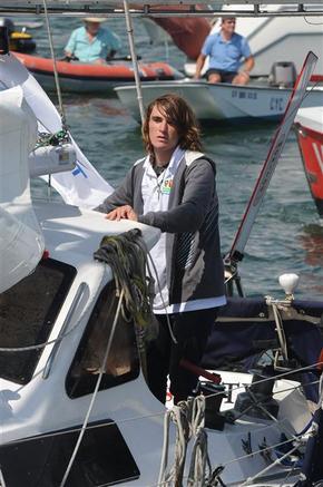 17살 소년 잭 선덜랜드가 17일(한국시각) 1인 요트 항해로 13개월 만에 세계를 일주한 뒤 미국 캘리포니아주 마리나 델 레이에 도착해 포즈를 취하고 있다.  마리나 델 레이/AFP 연합