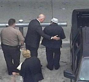 전 파나마 독재가 마누엘 노리에가(오른쪽)가 26일 프랑스행 비행기를 타기 위해 미국 마이애미 국제공항에 도착하고 있다.  마이애미/AP 연합뉴스