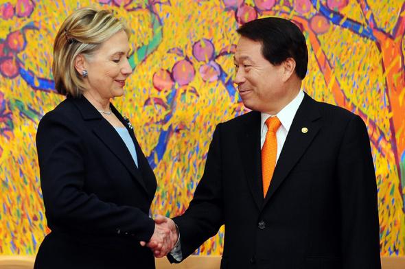 유명환 외교통상부 장관(오른쪽)과 힐러리 클린턴 미국 국무장관이 26일 낮 서울 도렴동 외교통상부 청사에서 회담을 하기에 앞서 악수하고 있다. 사진공동취재단