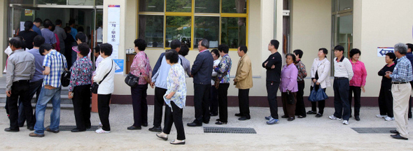 경남 산청군 시천면 유권자들이 2일 오전 신선초등학교에 마련된 투표소 앞에서 투표를 위해 길게 줄을 서 기다리고 있다.  산청/김태형 기자 xogud555@hani.co.kr