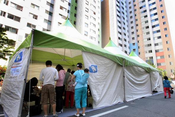 몽고식 천막으로 간이투표소를 마련한 부산 연제구 거제3동 유림아파트 마당에서 주민들이 투표하고 있다.  부산/김태형 기자