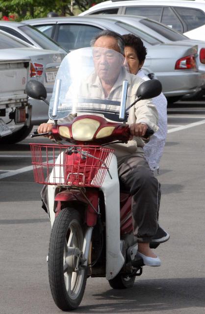 오토바이를 함께 탄 경남 산청군 시천면의 한 노부부가 투표소로 향하고 있다. 산청/김태형 기자