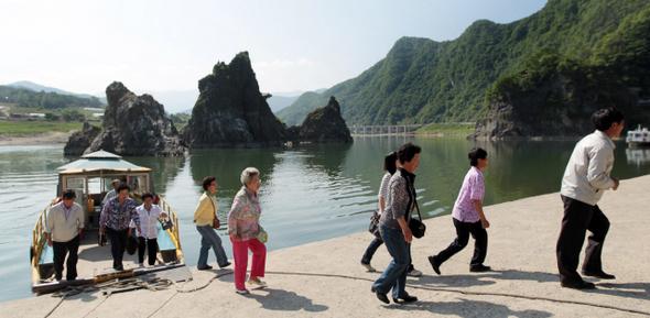 충북 단양군 단양읍 도담리 주민들이 배를 타고 남한강을 건넌 뒤 투표소로 향하고 있다.  단양/연합뉴스