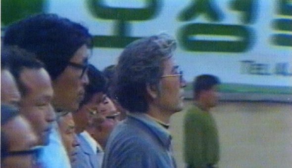 1980년 5월26일 광주교구 김성용 신부(맨 앞)를 비롯한 홍남순·이기홍·윤영규씨 등 수습대책위원 17명이 계엄군의 무력진압을 막고자 금남로에 일렬횡대로 서서 '죽음의 행진'을 벌이고 있다. 김 신부는 최종협상에 실패하자 그날 밤 전주로 빠져나와 필자 등에게 '광주학살의 진상'을 알렸다.