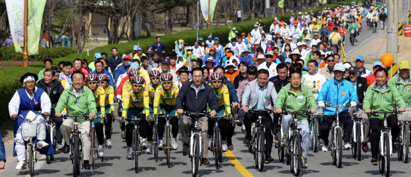 이명박 대통령(가운데)이 지난 4월16일 오후 경북 상주시에서 열린 '제3회 대한민국 자전거 축전'에 참석해 북천시민공원 주변을 달리고 있다. 청와대 사진기자단