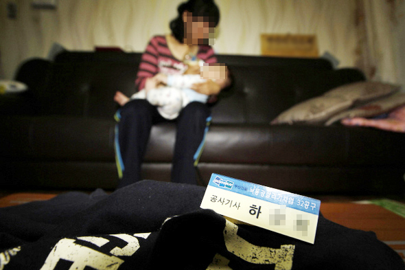 지난 4월16일 경북 의성 낙동강 32공구에서 숨진 하철수(가명)씨의 아내가 24일 오후 전남 신혼집에서 아들에게 분유를 먹이고 있다. 김명진 기자 littleprince@hani.co.kr