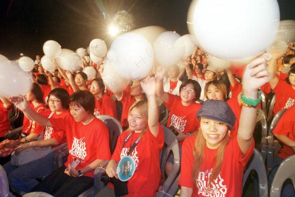아이돌 그룹이 늘면서 팬들이 응원할 때 쓰는 풍선 색깔을 정하는 것도 쉽지 않다. 사진은 2001년 한국에 온 에이치오티 대만 팬들이 '하얀색 풍선'을 들고 응원하는 모습.  <한겨레> 자료사진
