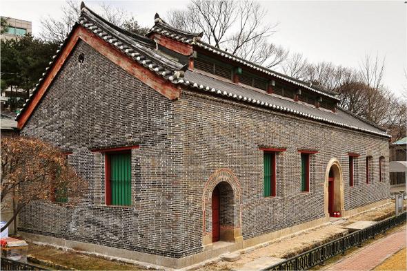 구한말 국내 벽돌 건축의 수작으로 꼽히는 서울 삼청동 번사창. 1884년 지어진 무기창고로 벽돌로 쌓은 벽체와 맞배기와지붕이 조화를 이루고 있다.  김종헌 교수 제공