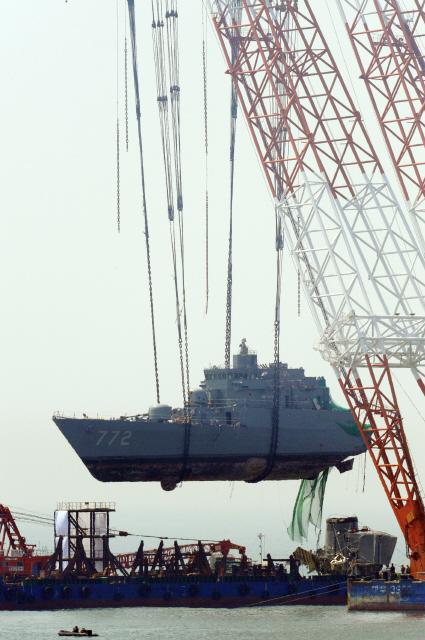 2010년 4월24일 인양되는 천안함. 뱃머리가 바지선에 안착되고 있다. <한겨레> 자료사진