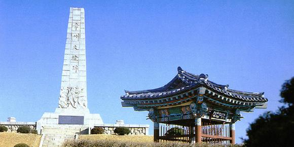 행주산성의 전승 기념비. 행주산성은 한강 하류에 위치하여 서울과 강화도, 그리고 서해로 연결되는 전략 거점이었다. 1593년 전라도관찰사 권율이 이끄는 조선군이 일본군의 공격을 격퇴했던 역사적 장소이다. 이 싸움에서는 관군과 승군뿐 아니라 민간의 부녀자들까지 참여하여 사력을 다해 일본군과 맞섰다. 조선군은 행주대첩을 계기로 서울을 수복하려는 작전을 추진했지만 명군의 거부에 밀려 무산되고 말았다. 문화재청 누리집에서 전재