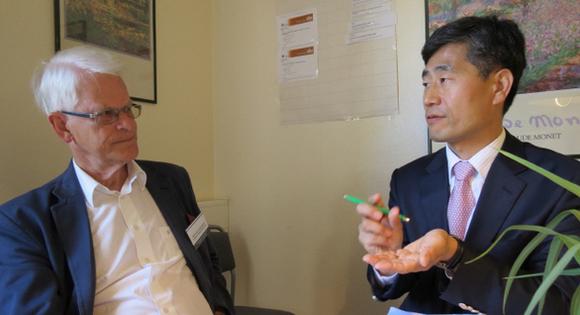잉바르 칼손 전 스웨덴 총리가 '2012년 스톡홀름포럼'이 열리고 있는 현장인 스웨덴 고틀란드 섬에서 최연혁 쇠데르퇴른대 교수와 함께 얘기를 나누고 있다.