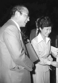 1976년 박근혜(오른쪽) 대한구국선교단 명예총재가 최태민 목사와 함께 구국단체결연 단합대회에 참석한 장면.