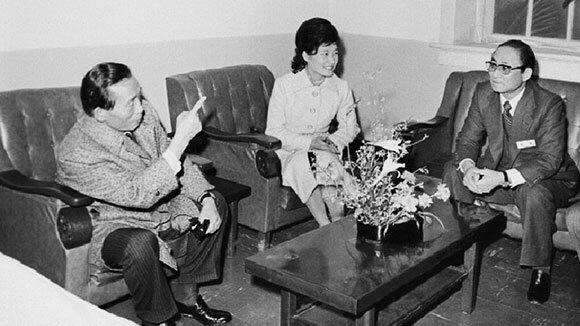 1976년 박정희 대통령(왼쪽)이 대한구국선교단 야간진료센터를 방문, 최태민 총재(오른쪽)와 얘기를 나누는 장면. 가운데는 박근혜 대한구국선교단 명예총재.