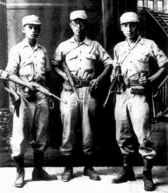 광복군 장교로 1945년 국내 진공 작전을 위해 중국 시안에서 미국 정보기관(OSS)의 특수 훈련을 받던 당시의 장준하 선생(오른쪽)과 김준엽 전 고려대 총장(가운데), 노능서 선생.