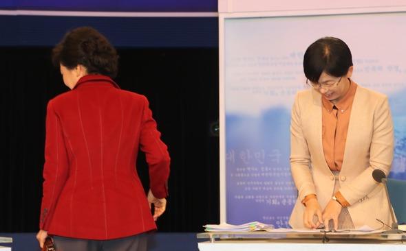박근혜(왼쪽부터) 새누리당 대선 후보, 이정희 통합진보당 대선 후보가 10일 오후 서울 여의도 KBS에서 열린 제18대 대통령 선거 후보자 TV 토론회에 앞서 기념 촬영을 마친 뒤 각자 자리로 향하고 있다. 국회사진기자단