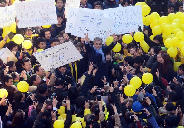 문재인 민주통합당 후보가 12일 오후 충북 청주 성안길에서 유세하며 환호하는 청중에게 손을 들어 인사하고 있다.  청주/공동취재사진
