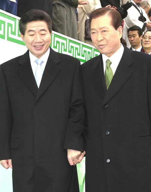 2003년 2월25일 제16대 대통령 취임식이 끝난 뒤 신임 노무현 대통령(왼쪽)과 전임 김대중 대통령(오른쪽)이 나란히 손을 잡고 식장을 떠나고 있다. 한겨레 자료사진