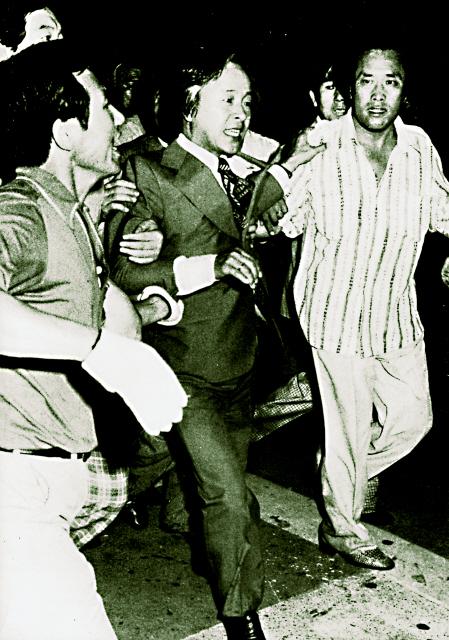 1979년 8월11일 새벽 2시 와이에이치무역 여성노동자들이 농성중인 신민당사에 경찰 1000여명이 들이닥쳤다. 경찰은 김영삼 당시 신민당 총재를 당사에서 강제로 끌어내 집으로 보냈다. 이날 아침 당사로 돌아온 그는 당 국회의원 전원과 농성을 시작했다. 이 사건으로 김영삼은 한국 현대사의 중심으로 떠올랐다. 한겨레 자료